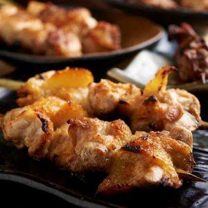 焼き鳥をはじめ人気の鶏料理が食べ放題で楽しめる新宿の居酒屋「とりいちず」